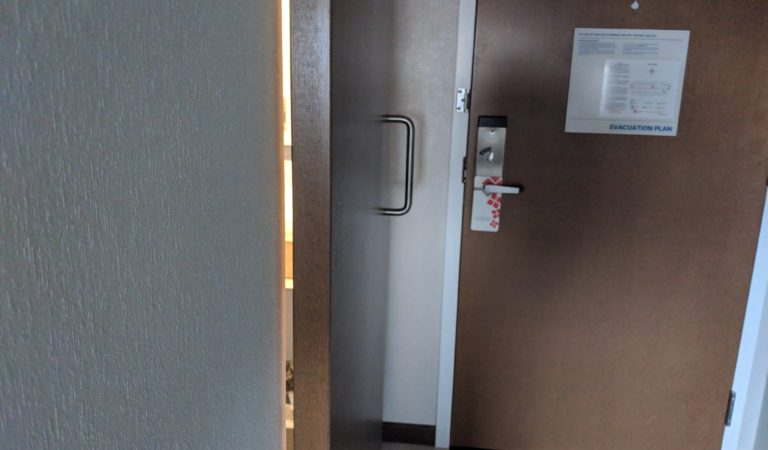 An open letter: Hotels with sliding bathroom doors are the worst!